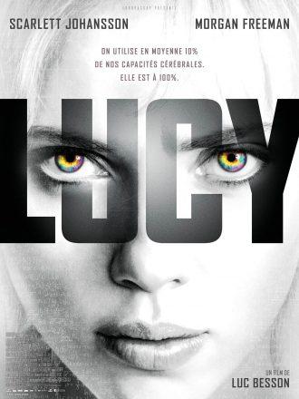 Affiche du film Lucy de Luc Besson. Nous y voyons le visage en noir et blanc de Scarlett Johansson face à l'objectif.