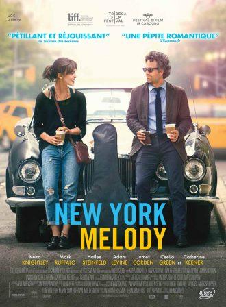 Affiche de New York Melody. Mark Ruffalo et Keira Knightley boivent un café, assis sur une vieille voiture, rient. Un étui de guitare est posé entre eux.
