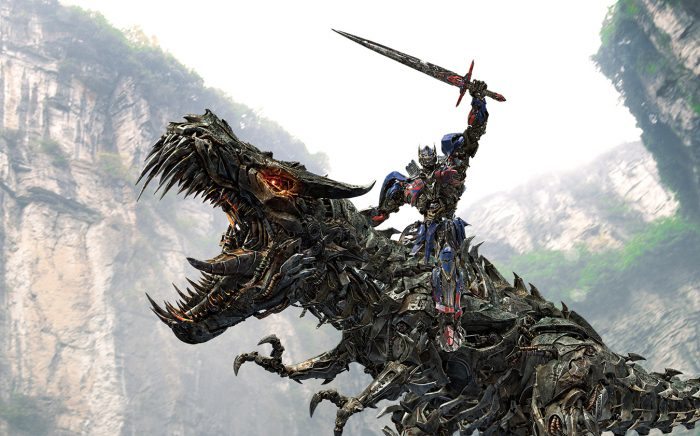 Photo d'Optimus Prime dans Transformers 4, chevauchant un dinosaure Transformer et brandissant son épée.