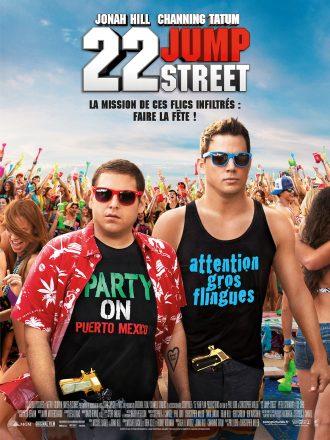 Affiche du film 22 Jump Street. Channing Tatum et Jonah Hill sont dans une énorme fête en plein air, armés.