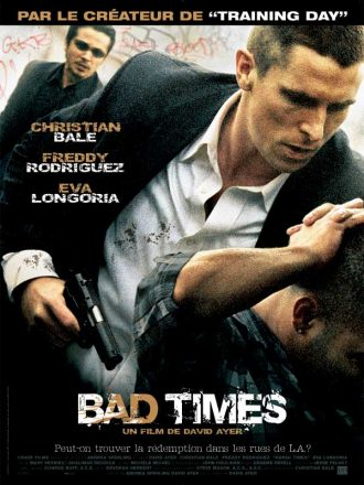 Affiche de Bad Times de David Ayer. Christian Bale, armé, y maitrise un homme à genoux. Derrière lui, Freddy Rodriguez l'observe d'un oeil inquiet.