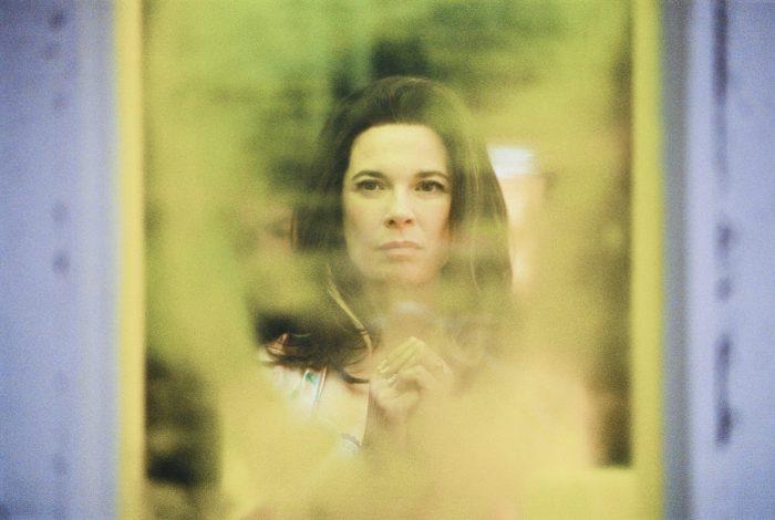 Photo d'Anne Dorval dans le film Mommy de Xavier Dolan. L'actrice est face à un miroir abimé et se regarde.