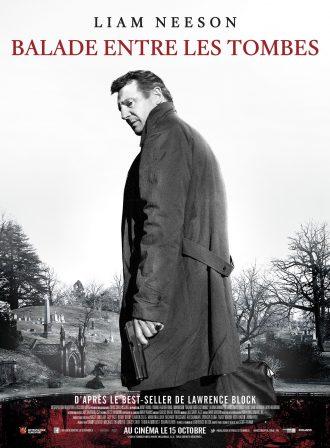 Affiche du film Balade entre les tombes. Nous y voyons Liam Neeson à l'entrée d'un cimetière. Alors que la photo est noire et blanc, une mare dans le cimetière est couleur rouge sang. Neeson semble se retourner vers l'objectif, une arme à la main.