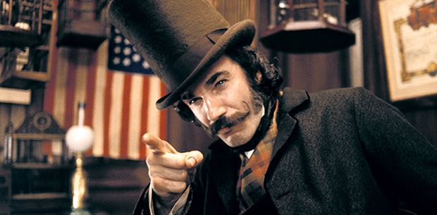 Photo de Daniel Day Lewis dans le film Gangs of New York de Martin Scorsese. En costume, l'acteur pointe du doigt un personnage que l'on ne voit pas avec un air de défi.