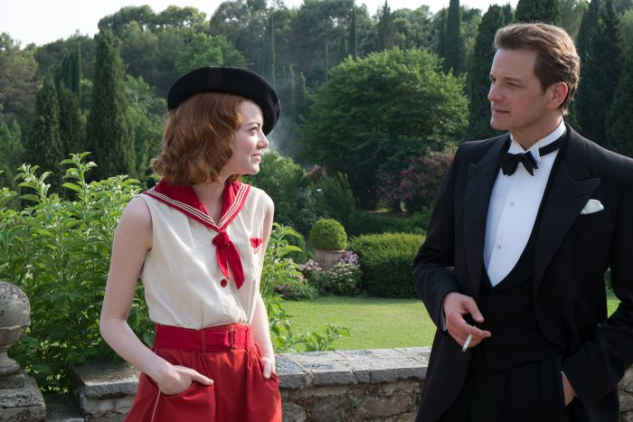 Photo d'Emma Stone et Colin Firth dans le film Magic in the Moonlight de Woody Allen. Les deux acteurs discutent dans un jardin.