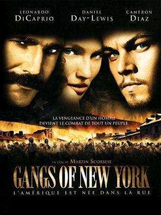 Affiche du film Gangs of New York réalisé par Martin Scorsese. Nous y voyons en haut de l'affiche le portrait de Daniel Day Lewis, Cameron Diaz et Leonardo DiCaprio. En bas, une foule d'hommes armés court vers l'objectif pour un combat sanglant.