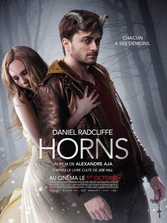 Affiche du film Horns d'Alexandre Aja. Nous y voyons Daniel Radcliffe dans un bois arborant des cornes de bouc. Derrière lui se tient Juno Temple dans une robe blanche qui l'étreint.