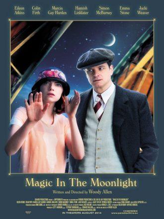Affiche de Magic in the Moonlight de Woody Allen, sur laquelle on voit Emma Stone effectuer d'étranges gestes avec sa main tandis que Colin Firth l'oberse intrigué. A l'arrière plan, nous distinguons un observatoire de l'espace.