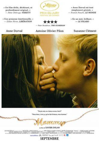 Affiche du film Mommy de Xavier Dolan. Antoine Olivier Pilon embrasse Anne Dorval avec une main devant leur bouche.