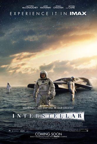 Affiche d'Interstellar de Christopher Nolan. Nous y voyons trois astronautes dans l'eau, proches de leur vaisseau.