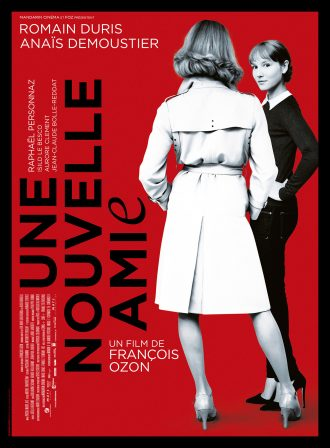 Affiche d'Une Nouvelle Amie de François Ozon. Sur un fond rouge,nous voyons une femme retournée en noir et blanc. Il s'agit en fait de Romain Duris. Le personnage d'Anaïs Demoustier regarde vers l'objectif avec un air amusé et intrigué.