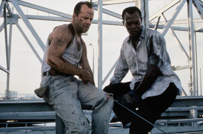 Photo de Bruce Willis et Samuel L. Jackson dans Une journée en enfer de John McTiernan. Les deux héros s'apprêtent à sauter d'un pont et regardent en bas.