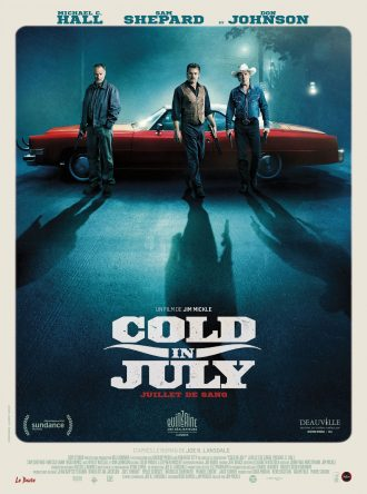 Affiche de Cold in July. Les trois acteurs principaux sont devant une voiture rouge américaine et avancent vers l'objectif dans un paysage de nuit.
