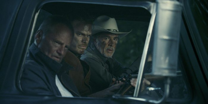 Photo de Sam Shepard, Michael C. Hall et Don Johnson dans le film Cold in July. Les trois acteurs sont dans un pick-up et contemplent quelque chose sur leur droite.