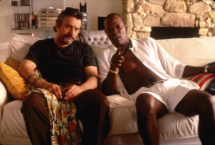 Photo de Robert De Niro et Samuel L. Jackson dans Jackie Brown. Ils sont affalés dans un canapé, discutent en regardant la télé.