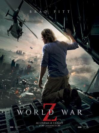 Affiche de World War Z de Marc Forster. Nous y voyons Brad Pitt de dos dans un avion militaire observer une ville en ruines. Des hélicoptères volent au dessus de la ville.