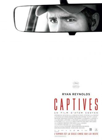 Affiche de Captives d'Atom Egoyan. Toute blanche, nous y voyons seulement le regard inquiet de Ryan Reynolds dans son rétroviseur.