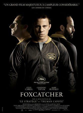 Affiche du film Foxcatcher de Bennett Miller. Nous voyons au centre le personnage de Channing Tatum, à gauche celui de Steve Carell et à droite celui de Mark Ruffalo.