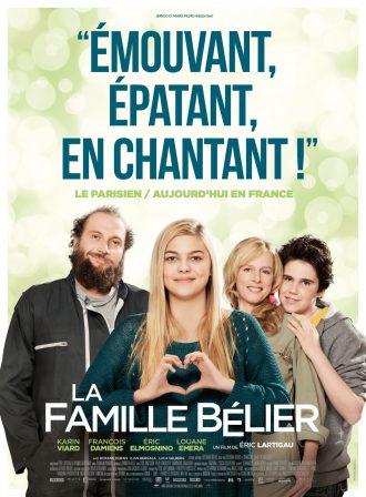 Affiche de La Famille Bélier d'Eric Lartigau. Nous y voyons la famille de Louane regarder vers l'objectif avec sourire. Au premier plan, Louane fait un signe de coeur avec ses mains.