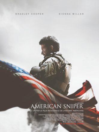 Affiche d'American Sniper de Clint Eastwood. Nous y voyons Bradley Cooper de dos, en tenue de soldat dans le désert, avec un drapeau américain flottant devant lui.