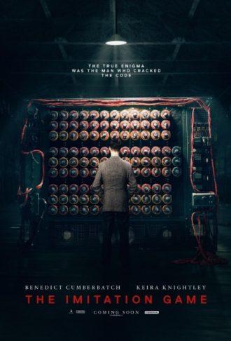 Affiche du film The Imitation Game. Nous y voyons Alan Turing de dos dans une pièce sombre, face à sa machine à déchiffrer.
