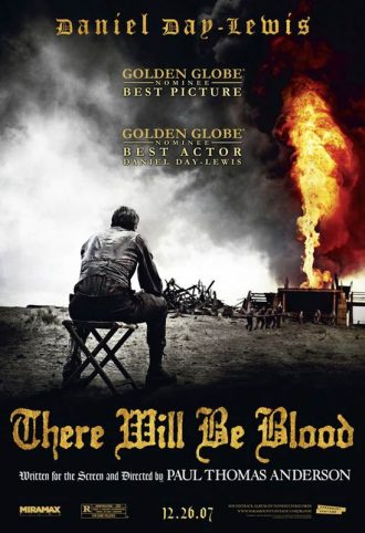Affiche de There Will Be Blood de Paul Thomas Anderson. Nous y voyons Daniel Day Lewis assis, de dos, en train de contempler un puits s'embrasant.