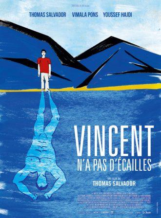 Affiche du film Vincent n'a pas d'écailles de Thomas Salvador. Nous y voyons le dessin de Vincent dans un paysage naturel qui contemple un lac. Son reflet dans l'eau prend la forme d'un super-héros herculéen.