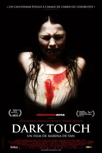 Affiche du film Dark Touch de Marina de Van. L'actrice Missy Keating est entourée de noir, effrayée et tachée de sang.