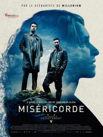 Poster de Miséricorde, le premier film des Enquêtes du Départemeny V. Sur l'affiche, nous pouvons voir les deux enquêteurs tournés vers l'objectif en haut d'un tas d'ordures. Le visage d'une femme est visible à l'arrière plan. Il s'agit de la victime d'un kidnapping dans le film.