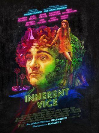 Affiche d'Inherent Vice de Paul Thomas Anderson. Avec des lumières de néon, nous distinguons le visage confus de Joaquin Phoenix autour duquel gravitent tous les éléments et personnages principaux du film.
