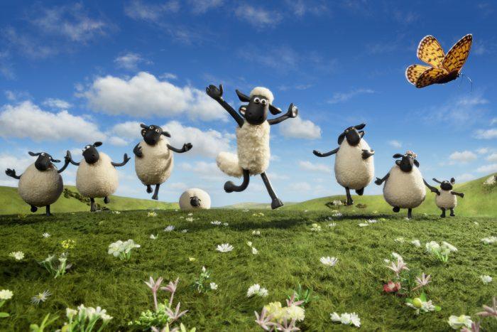 Photo du film Shaun Le Mouton. Nous y voyons le mouton courir dans une prairie avec ses amis.