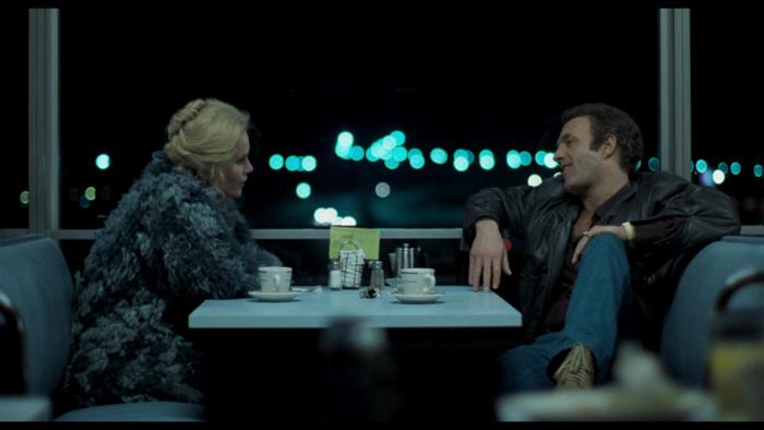 Photo de James Caan et Tuesday Weld dans le film Le Solitaire de Michael Mann. Les deux acteurs sont face à face dans un Diner.