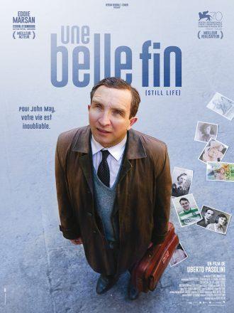 Affiche d'Une Belle Fin d'Uberto Pasolini. Nous y voyons le comédien Eddie Marsan regarder vers le ciel. Il porte une mallette et quelques photos de famille semblent être tombées.