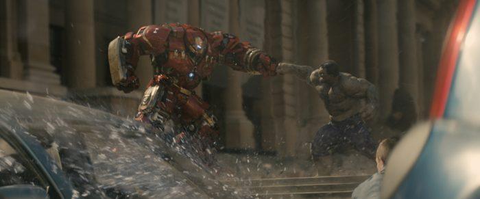 Photo du film Avengers : L'ère d'Ultron. Nous y voyons Iron Man combattre Hulk en combinaison de Hulkbuster.