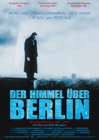 Affiche du film Les ailes du désir de Wim Wenders. Nous y voyons l'ange incarné par Bruno Ganz observé le sol depuis le toit d'un immeuble berlinois.