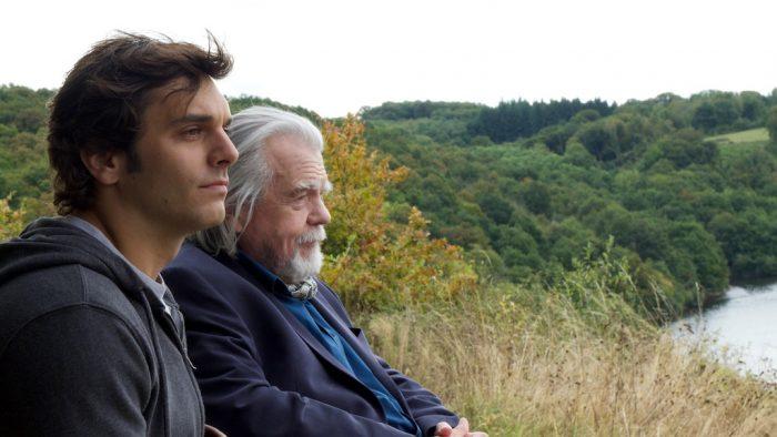 Photo de Pio Marmai et Michael Lonsdale. Les deux comédiens sont assis dans la nature et observent le paysage en silence.
