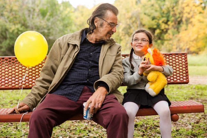 Photo d'Al Pacino dans Manglehorn. Assis sur un banc avec sa petite fille, l'acteur tient un ballon et échange une discussion complice avec sa petite fille.