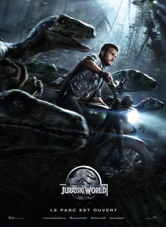 Affiche de Jurassic World. Nous y voyons Chris Pratt conduire en moto entouré d'une bande de vélociraptors.