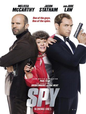 Affiche de Spy de Paul Feig. Melissa McCarthy tente de s'imposer entre Jason Statham et Jude Law, qui affichent un bel air d'espion.