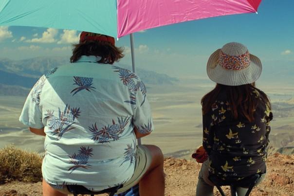 Photo du film Valley of Love de Guillaume Nicloux. Gérard Depardieu et Isabelle Huppert sont pris de dos, assis sous un parasol et observant la Vallée de la Mort.