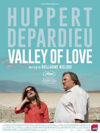 Affiche du film Valley of Love de Guillaume NIcloux. Gérard Depardieu et Isabelle Huppert se tiennent côte à côte dans la Vallée de la Mort.