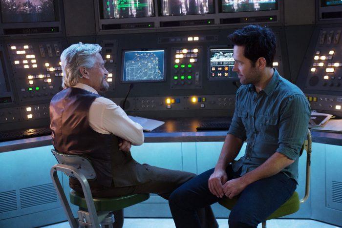 Photo de Michael Douglas et Paul Rudd dans le film Ant Man. Ils sont assis face à face dans une sorte de laboratoire et semblent avoir une discussion complice.
