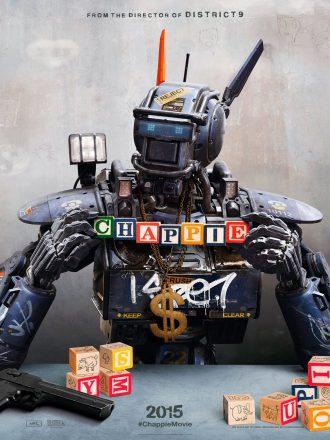 Affiche du film Chappie de Neil Blomkamp. Nous y voyons le robot héros, affublé du matériel de gangster et de bling bling ainsi que de cubes pour enfants.