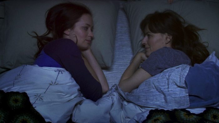 Photo d'Emily Blunt et Rosemary Dewitt dans Ma meilleure amie, sa soeur et moi de Lynn Shelton. Les deux soeurs dans le film sont allongées dans un lit et se regardent en souriant. La photo est prise de haut.