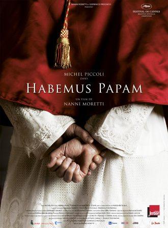 Affiche du film Habemus Papam de Nanni Moretti. Nous y voyons le dos du nouveau pâpe incarné par Michel Piccoli, qui se tient les mains. L'un de ses poings est serré.