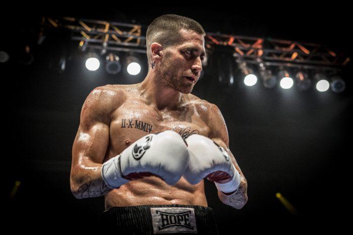 Photo de Jake Gyllenhaal dans le film La rage au ventre. On y voit l'acteur sur un ring de boxe pris en contre-plongée, les deux gants rapprochés.