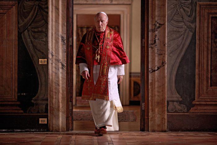 Photo de Michel Piccoli dans le film Habemus Papam de Nanni Moretti. Le pâpe qui vient d'être élu marche seul dans un couloir avec un air contrarié.