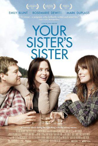 Affiche américaine de Ma meilleure amie, sa soeur et moi de Lynn Shelton. Les trois amis sont sur une table au bord d'un lac, boivent un verre et se regardent en souriant.