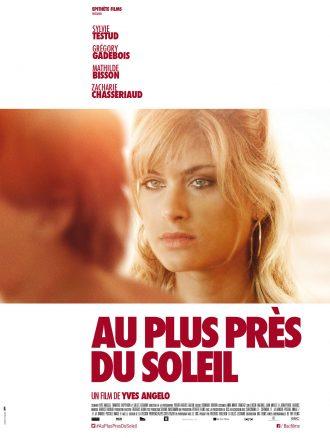 Affiche du film Au plus près du soleil de Yves Angelo. L'actrice Mathilde Bisson semble regarder un jeune homme avec un air triste.