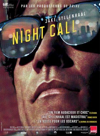 Poster du film Nightcall avec Jake Gyllenhaal. L'affiche est une photo en gros plan de l'acteur qui porte des lunettes de soleil. Dans le reflet des lunettes, nous voyons la ville de Los Angeles.